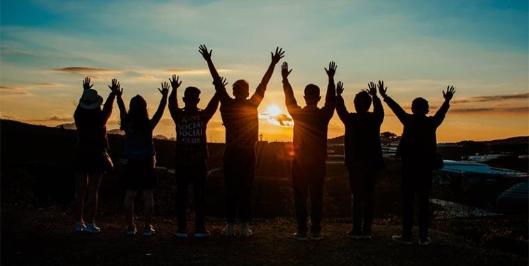 ihmiset-auringonlasku.jpg